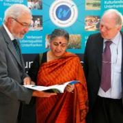 Regierungspräsident Dr. Paul Beinhofer zusammen mit Vandana Shiva und Prof. Dr. Martin Grambow