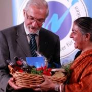 Regierungspräsident Dr. Paul Beinhofer und Dr. Vandana Shiva