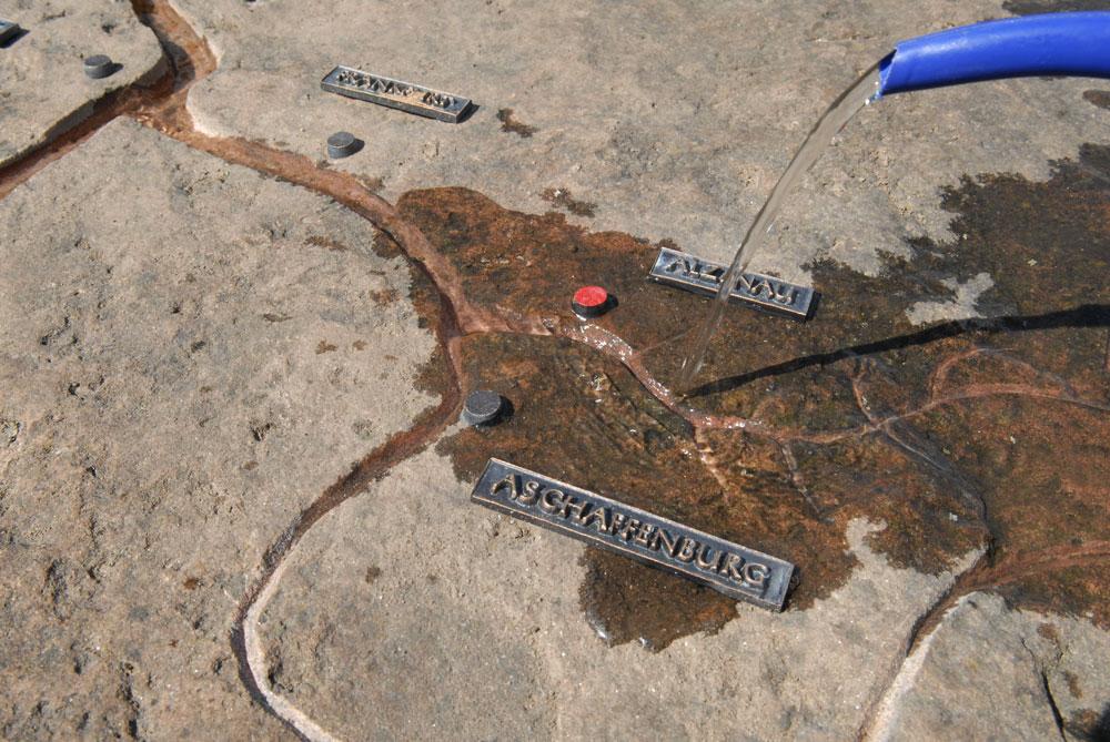 Stein mit eingefrästem Verlauf des Mains