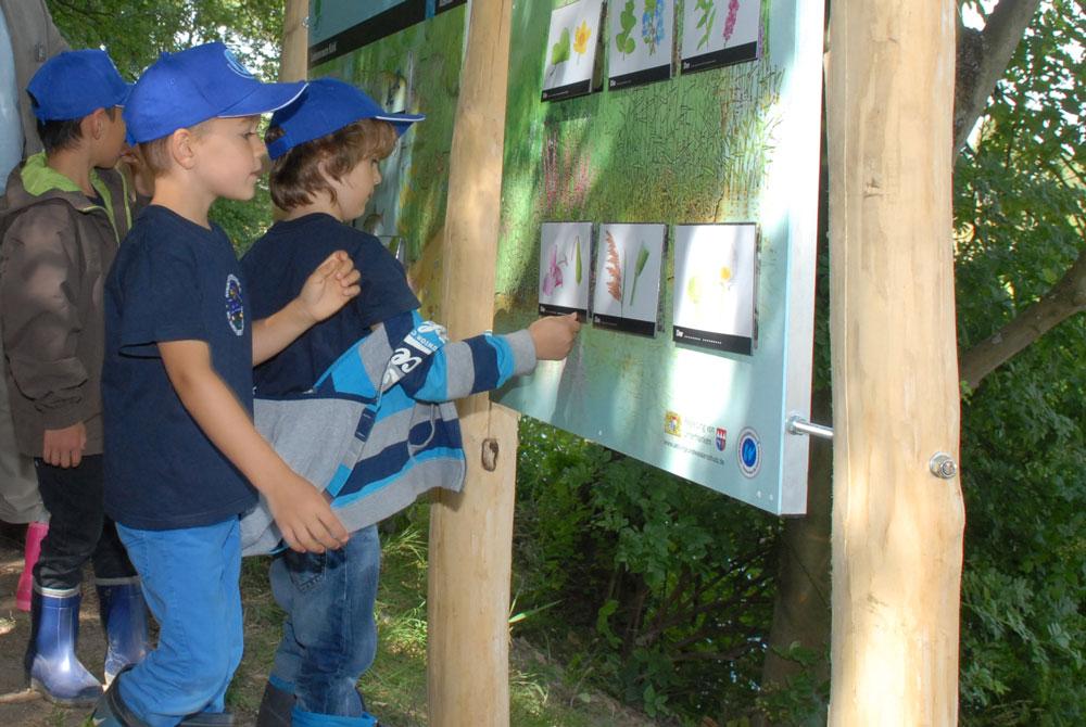 Kinder entdecken Informationen unter den Klapptafeln