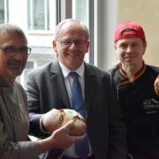 Regierungspräsident Eugen Ehmann mit den Bäckern Leo Stöckinger und Axel Schmitt