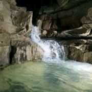 Grundwasser sammelt sich unterirdisch z.B. in großen Klüften und Höhlen