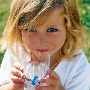 Mädchen mit Trinkwasserglas