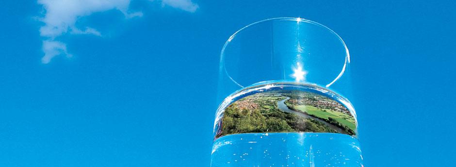 Trinkwasserglas vor blauem Himmel