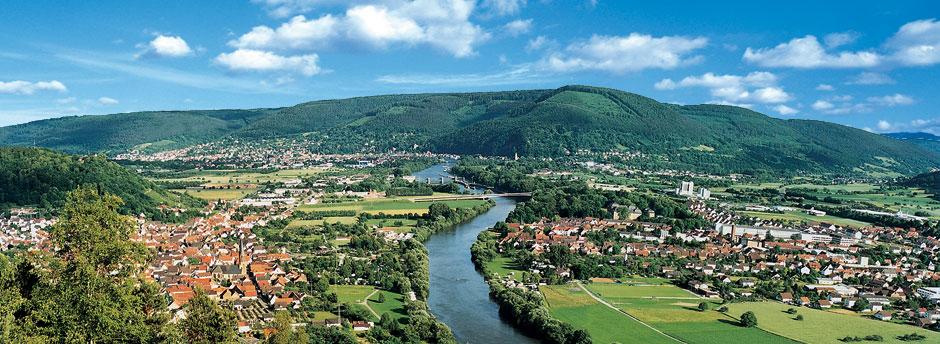 Maintal mit Fluss, Wäldern und Ortschaften