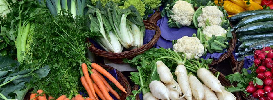 Bunte Gemüsezusammenstellung auf einem Marktstand