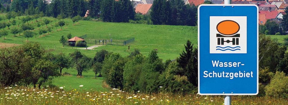 Wasserschutzgebietsschild mit Brunnenfassung