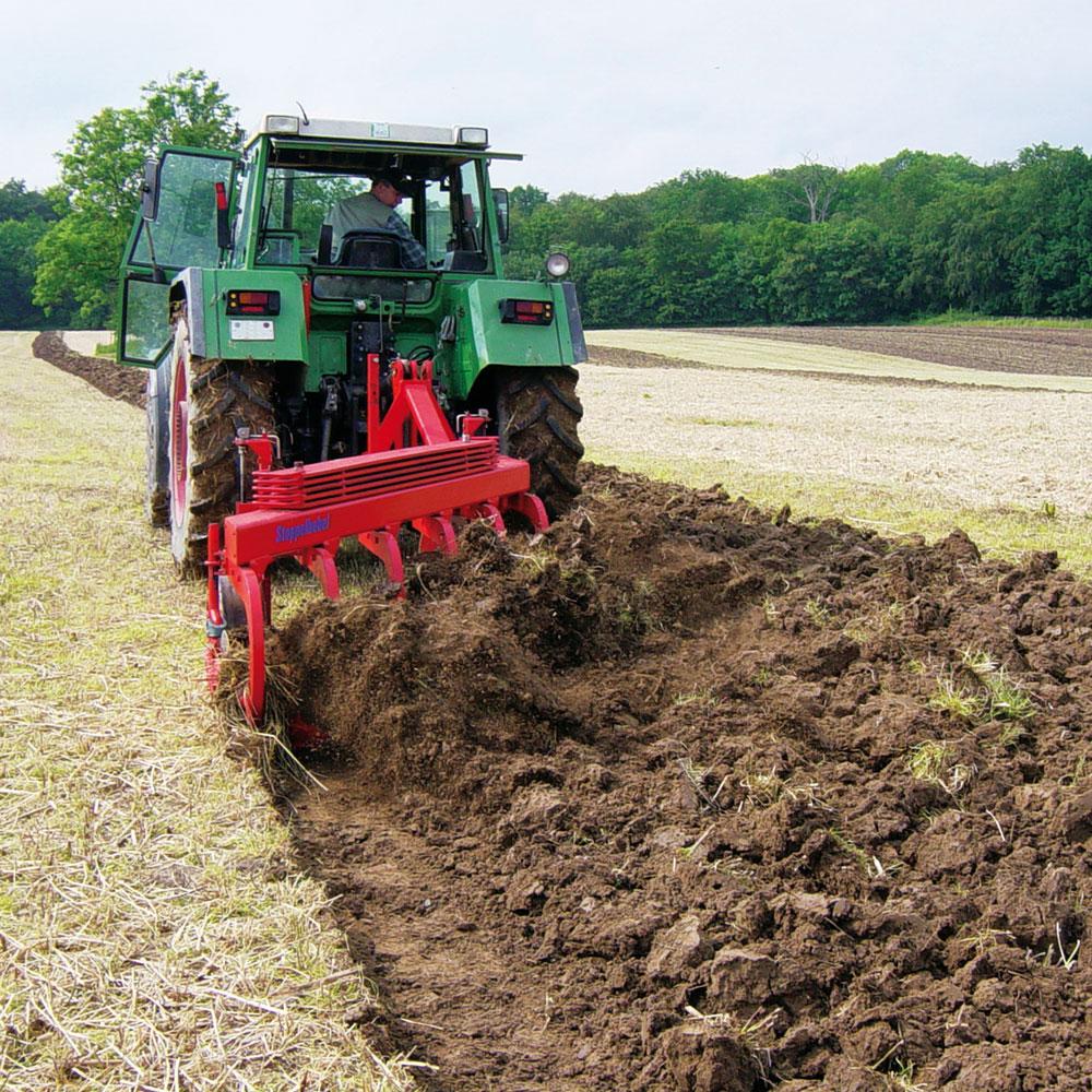 Traktor mit Stoppelhobel