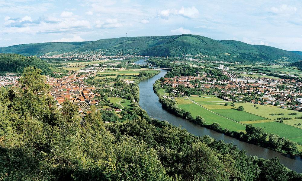 Unterfränkische Landschaft mit Main, Wald und Ortschaften