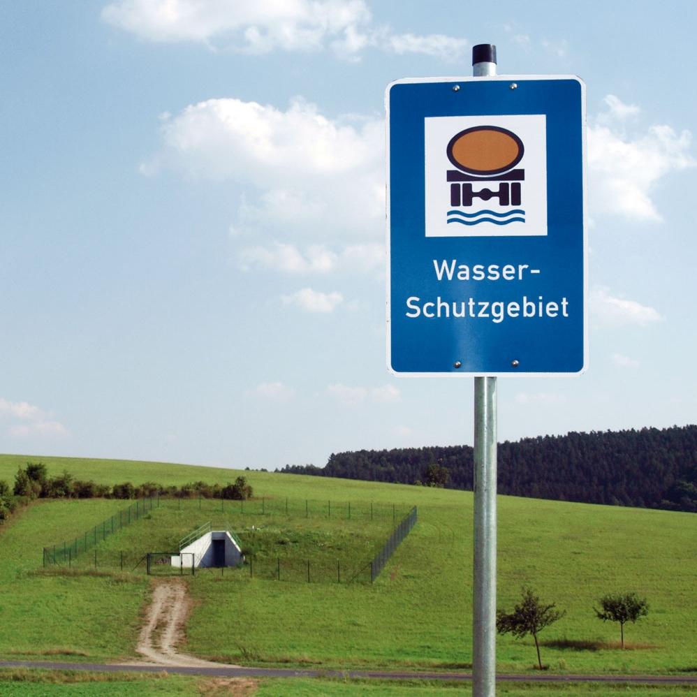 Wasserschutzgebietsschild vor Brunnen in Stetten