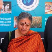 Dr. Paul Beinhofer mit Vandana Shiva und Dr. Martin Grambow auf dem Wasserforum 2011 in Würzburg
