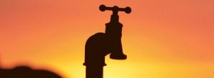 Wasserhahn vor Sonnenuntergang