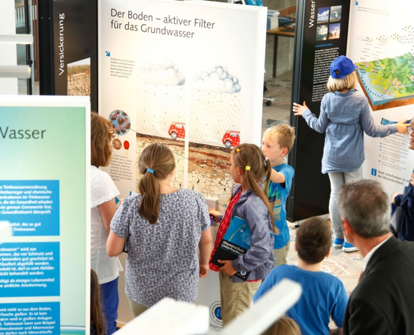 Kinder in der interaktiven Wanderausstellung