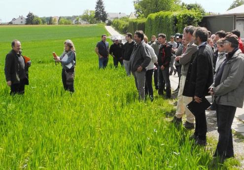 Praxistagteilnehmer bei einer Exkursion mit Bernhard Schwab