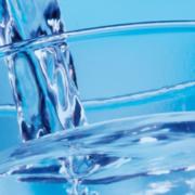 Trinkwasser wird in ein Wasserglas eingefüllt