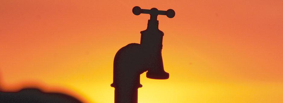 Wasserhahn vor Abendhimmel