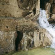 Höhle mit Grundwasser, welches in ein Becken fließt